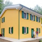 In Emilia casa in legno illesa fra la distruzione del terremoto